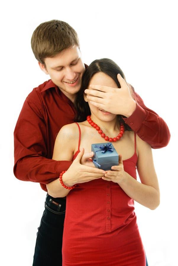 Junger Mann gibt seiner Frau ein Geschenk stockfotos