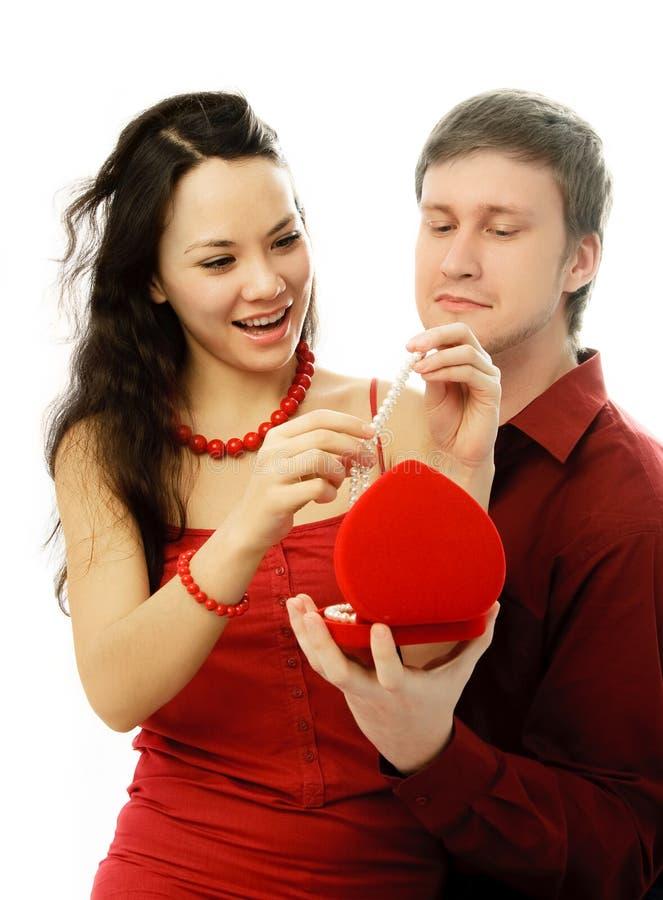 Junger Mann gibt seiner Frau ein Geschenk lizenzfreies stockfoto