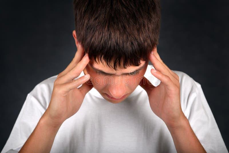 Junger Mann glaubt Kopfschmerzen stockbilder