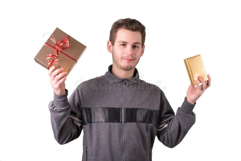 Junger Mann, halten Geschenkboxen lizenzfreies stockbild
