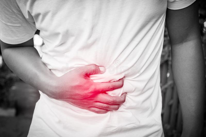 Junger Mann hat Magenschmerzen lizenzfreie stockbilder