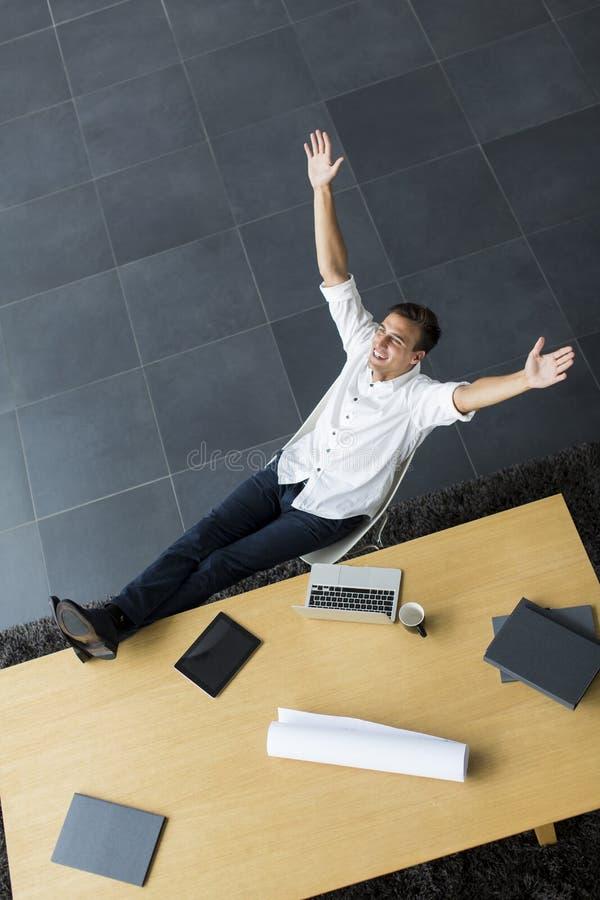 Junger Mann im Büro lizenzfreies stockfoto