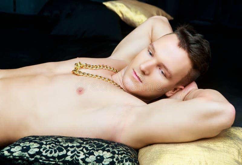 Junger Mann im Bett lizenzfreie stockfotografie