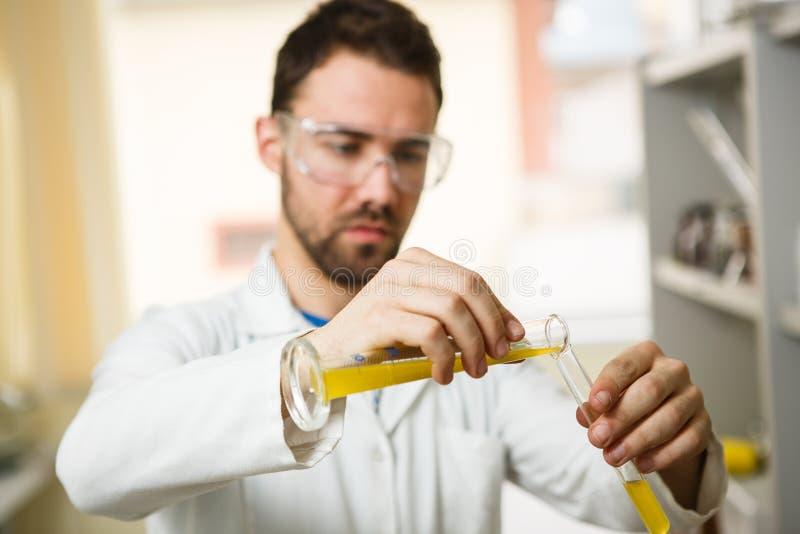 Junger Mann im Labor lizenzfreies stockfoto