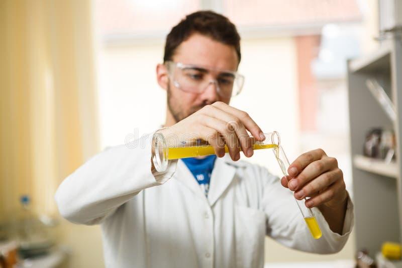 Junger Mann im Labor stockfotos