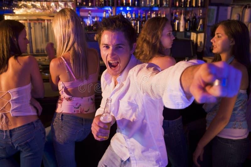 Junger Mann im Nachtklub   lizenzfreie stockbilder
