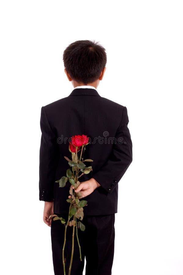 Junger Mann im schwarzen Anzug stockfoto
