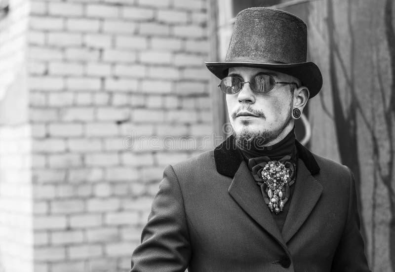 Junger Mann im Stil Draculas foto stockbilder