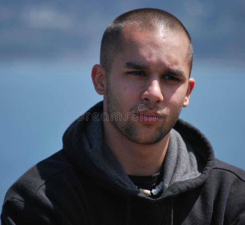 Junger Mann im tiefen Gedanken stockfoto