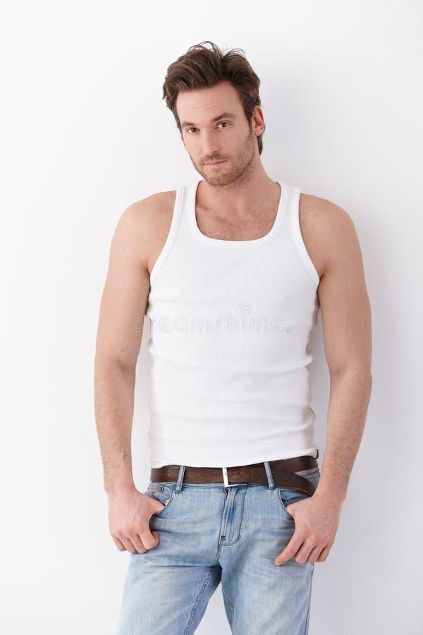 Junger Mann im Unterhemd und in den Jeans lizenzfreies stockbild