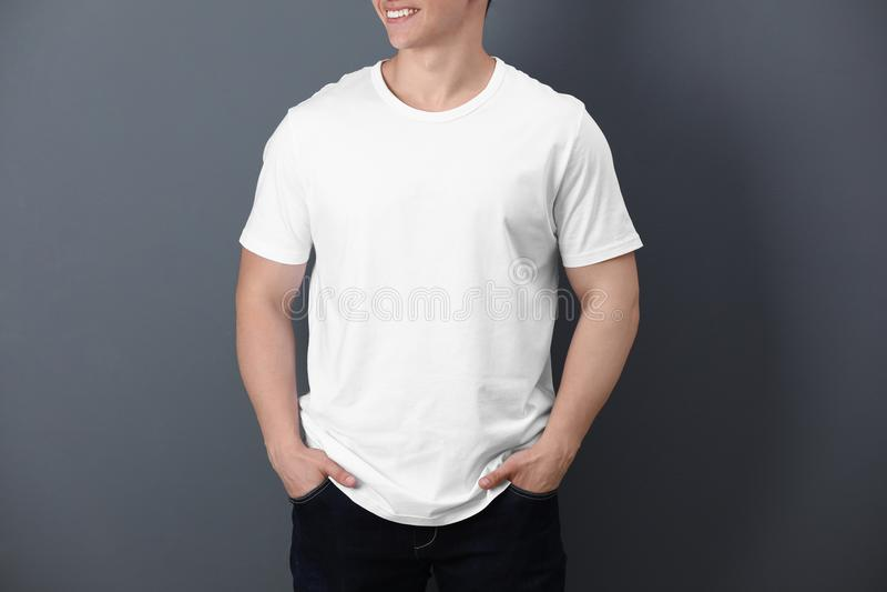 Junger Mann im weißen T-Shirt an lizenzfreie stockfotos