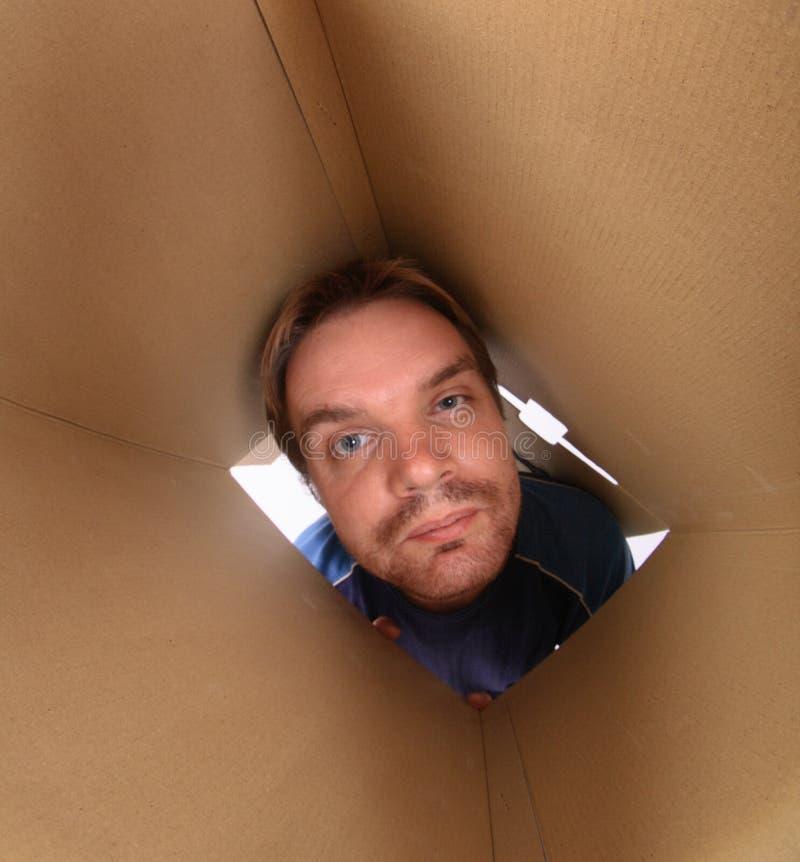 Junger Mann innerhalb des Kastens lizenzfreies stockbild