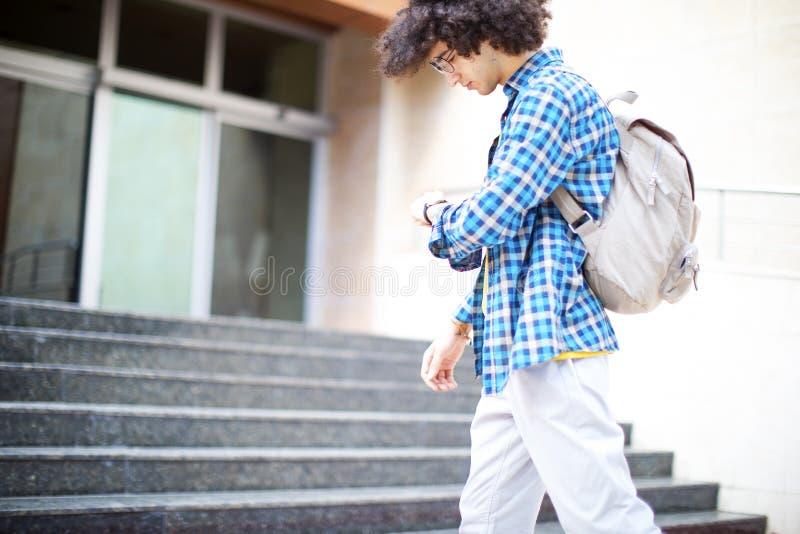 Junger Mann ist zur Schule spät lizenzfreie stockfotos
