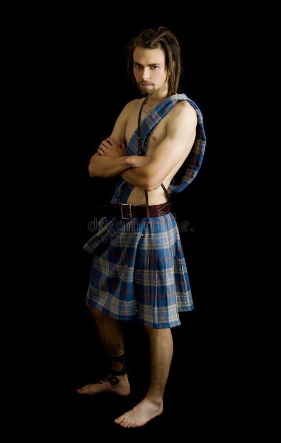 Junger Mann kleidete in einem schottischen Kilt an lizenzfreie stockfotos