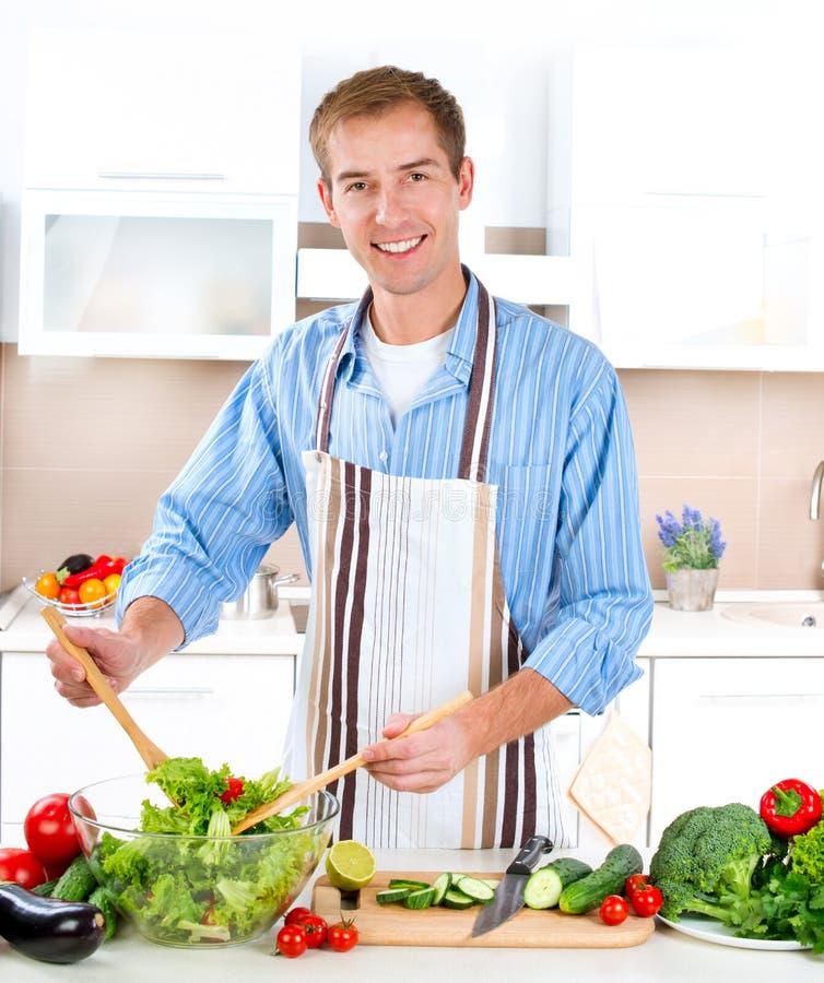Junger Mann-Kochen stockfotos