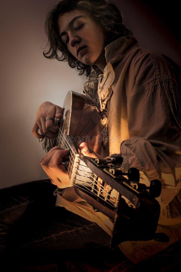 Junger Mann mit altem Oud-Gitarren-Dichtungskitt stockbild