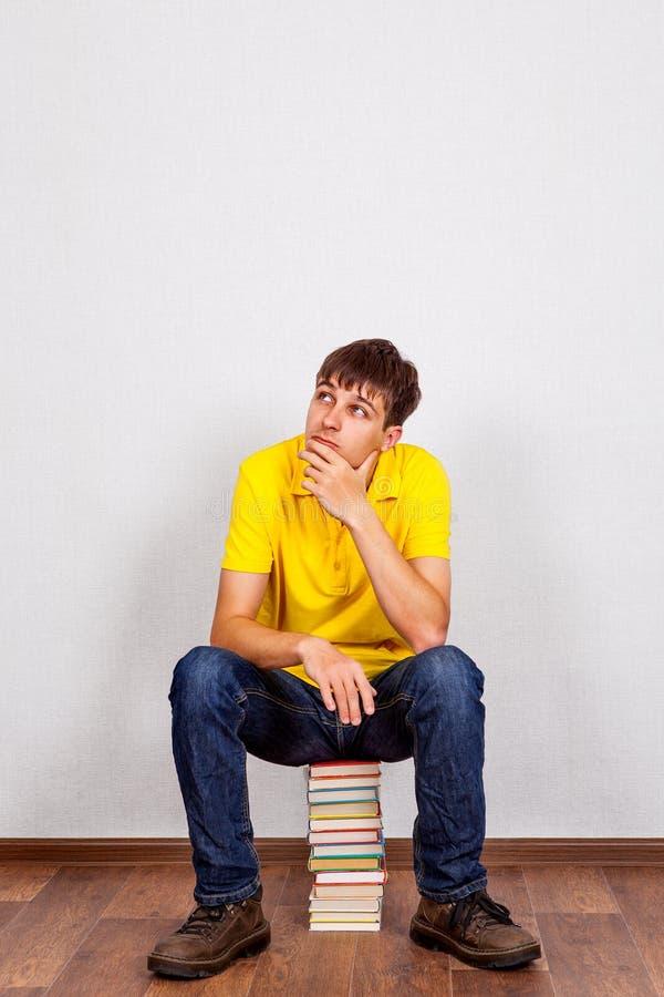 Junger Mann mit Bücher lizenzfreie stockfotografie