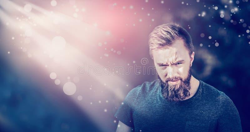 Junger Mann mit Bart auf dem undeutlichen Hintergrundsonnenunterganghimmel, Seifenblasen machend rauchen nach innen mit der Hilfe stockfoto