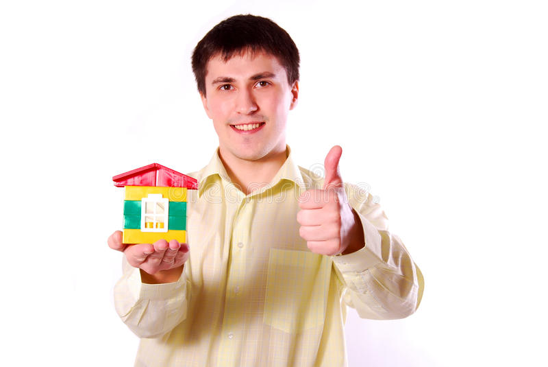 Junger Mann mit Baumuster des Hauses. stockbild