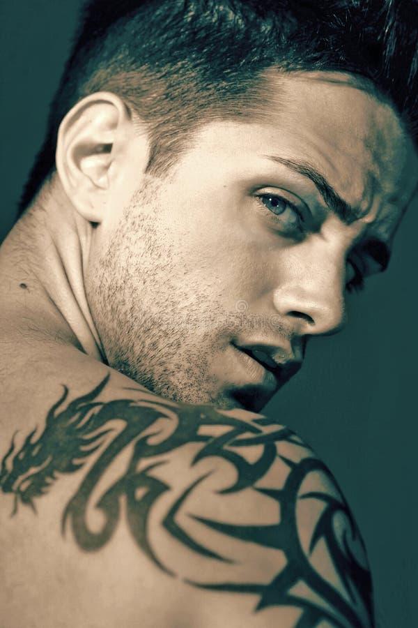 Junger Mann mit blauen Augen stockbilder