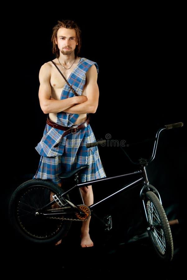 Junger Mann mit BMX Fahrrad stockbild