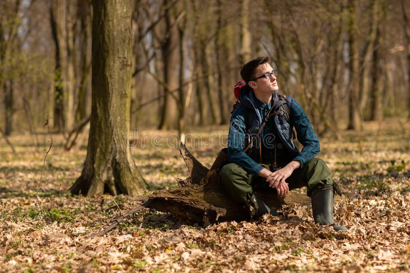 Junger Mann mit dem Rucksack, der in der Waldnatur und dem Konzept der k?rperlichen Bewegung wandert lizenzfreie stockbilder