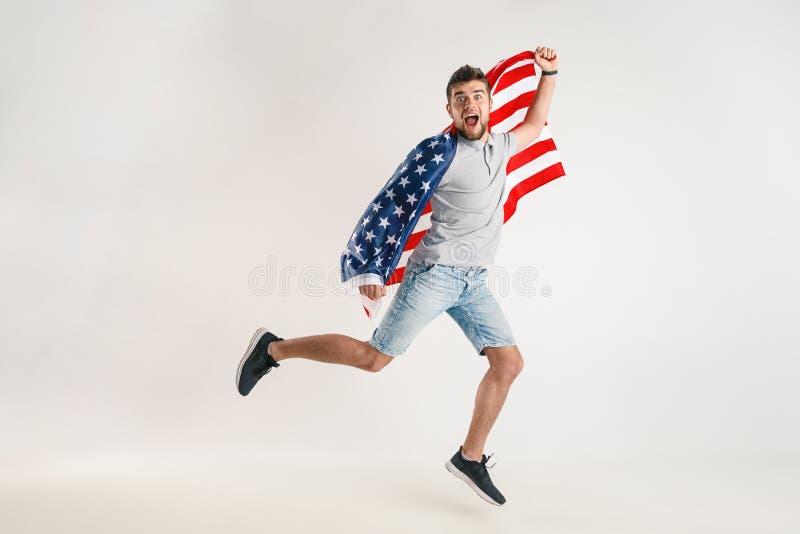 Junger Mann mit der Flagge von den Vereinigten Staaten von Amerika lizenzfreie stockfotografie