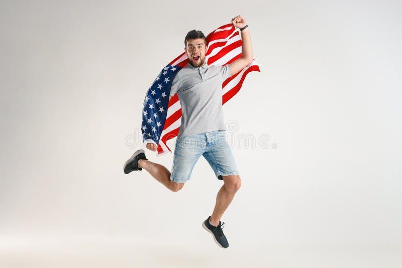 Junger Mann mit der Flagge von den Vereinigten Staaten von Amerika stockfotografie