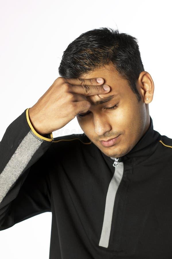 Junger Mann mit der Hand auf seinem Kopf lizenzfreie stockbilder