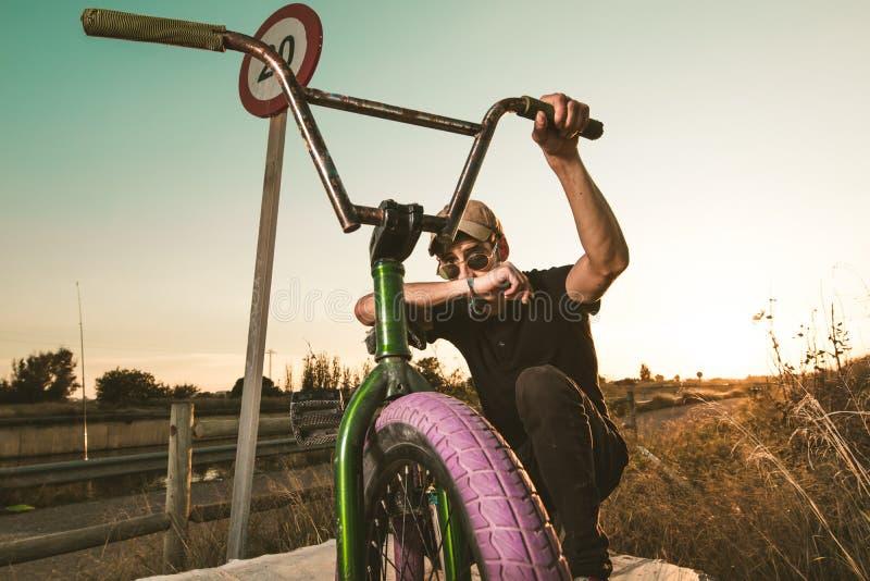 Junger Mann mit einem bmx Fahrrad lizenzfreies stockfoto