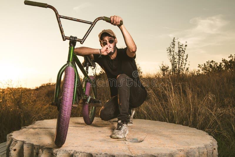 Junger Mann mit einem bmx Fahrrad lizenzfreies stockbild