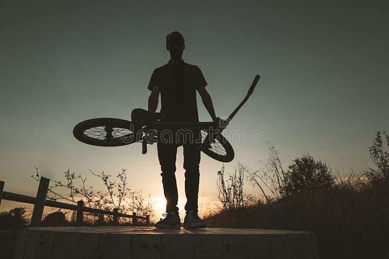 Junger Mann mit einem bmx Fahrrad stockfoto