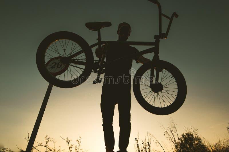 Junger Mann mit einem bmx Fahrrad lizenzfreie stockbilder