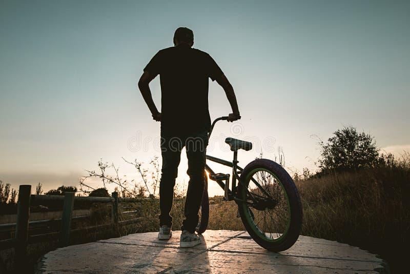 Junger Mann mit einem bmx Fahrrad lizenzfreie stockfotografie