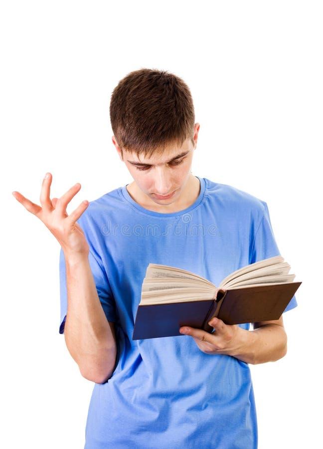 Junger Mann mit einem Buch stockfotografie