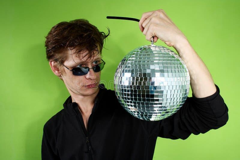 Junger Mann mit einem discoball lizenzfreie stockfotos