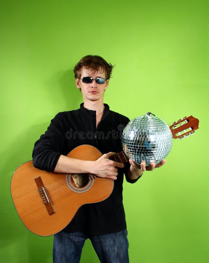 Junger Mann mit einem discoball stockfotos