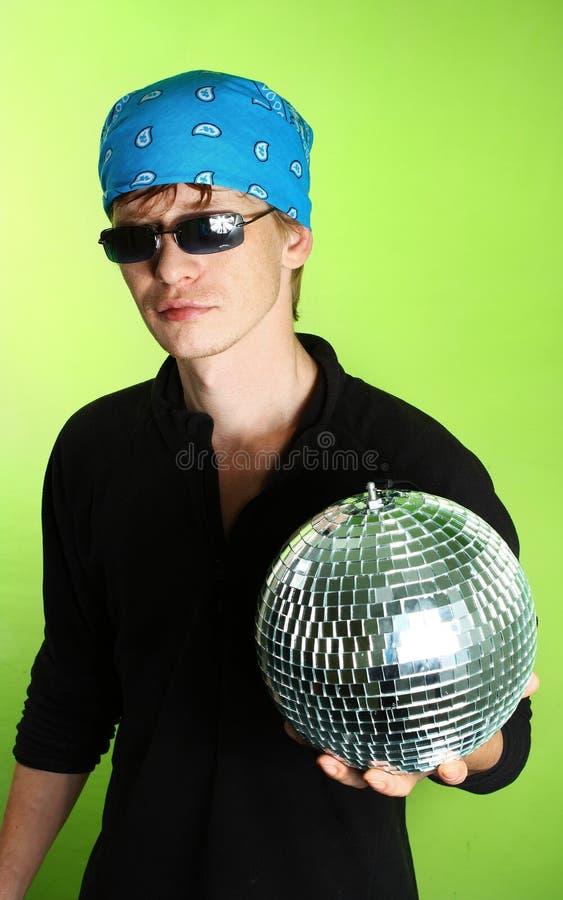 Junger Mann mit einem discoball lizenzfreies stockbild