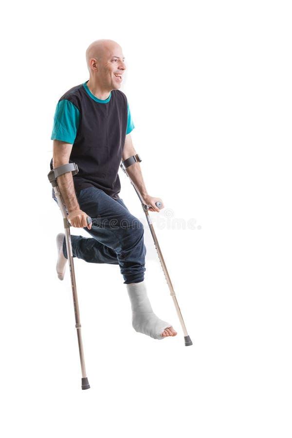 Junger Mann mit einem gebrochenen Knöchel und einer Beinform lizenzfreie stockfotos