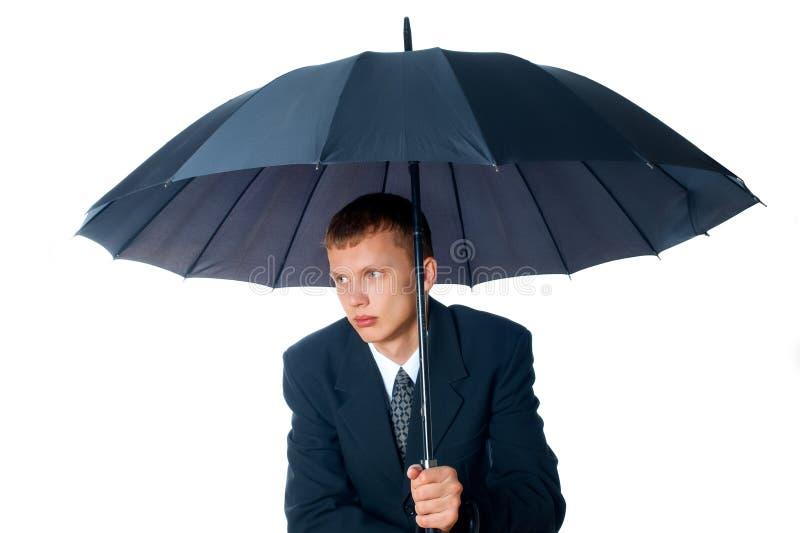 Junger Mann mit einem Regenschirm lizenzfreie stockfotos