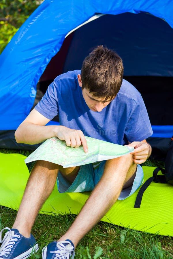 Junger Mann mit einer Karte stockbild