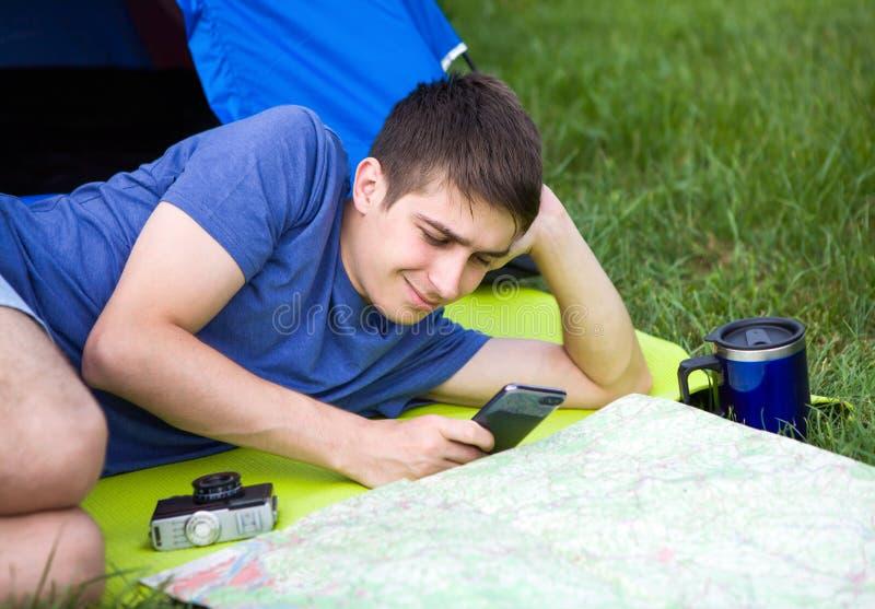 Junger Mann mit einer Karte lizenzfreie stockfotografie