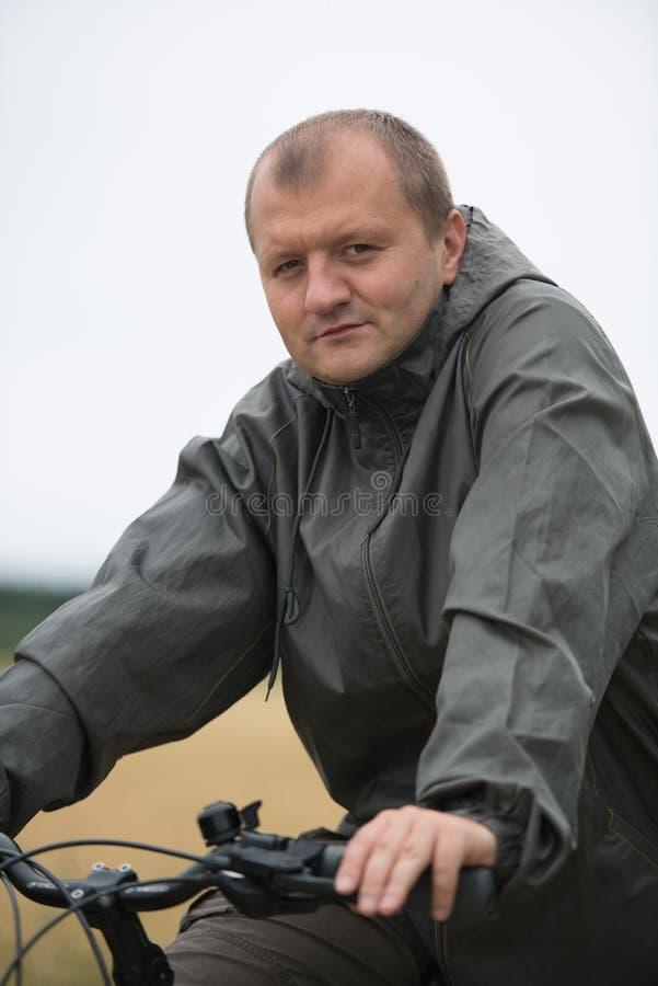 Download Junger Mann mit Fahrrad stockbild. Bild von reise, fahrrad - 26362089