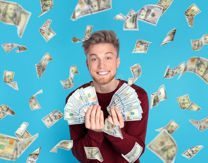 Junger Mann mit Geld lizenzfreie stockbilder
