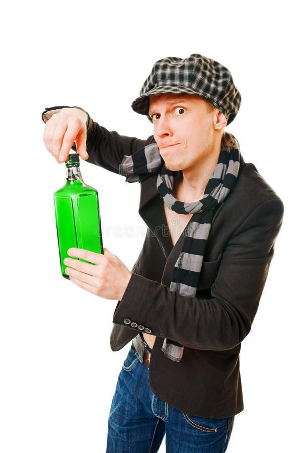 Junger Mann mit grüner Flasche lizenzfreies stockbild