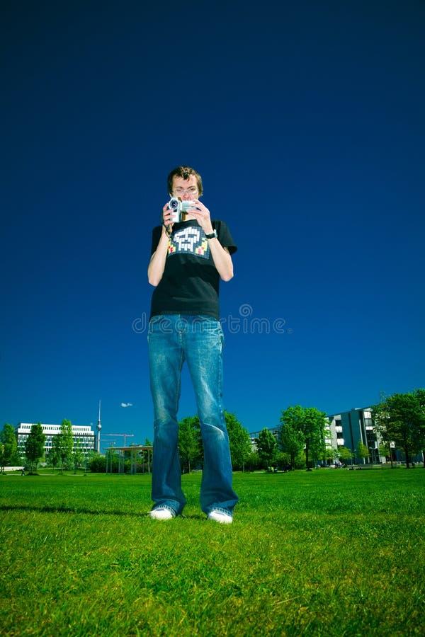Junger Mann mit Kamerarecorder lizenzfreie stockbilder