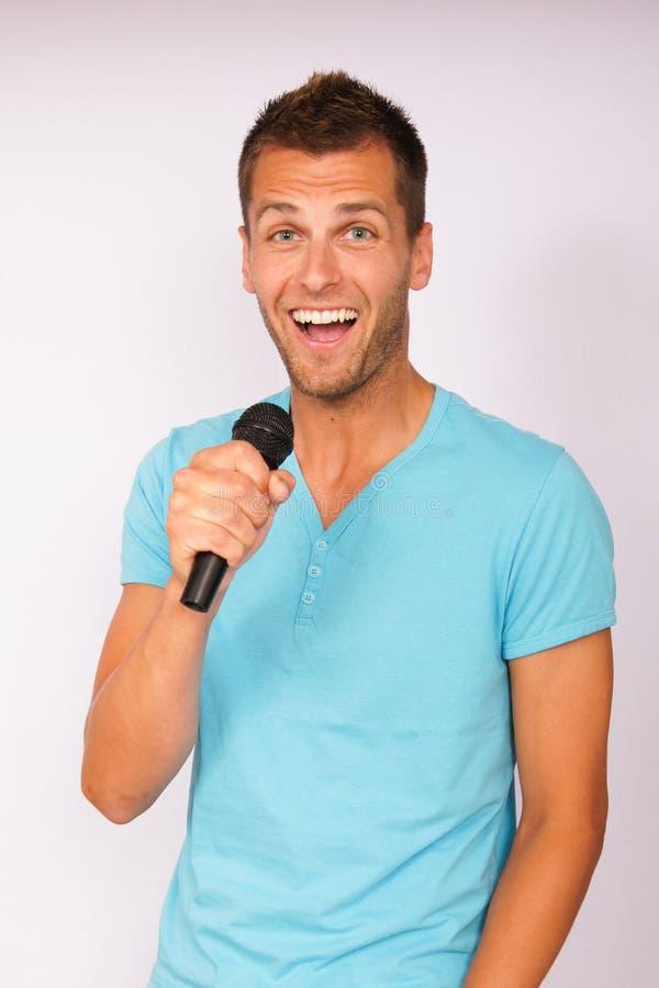 Junger Mann mit Mikrofon stockbilder
