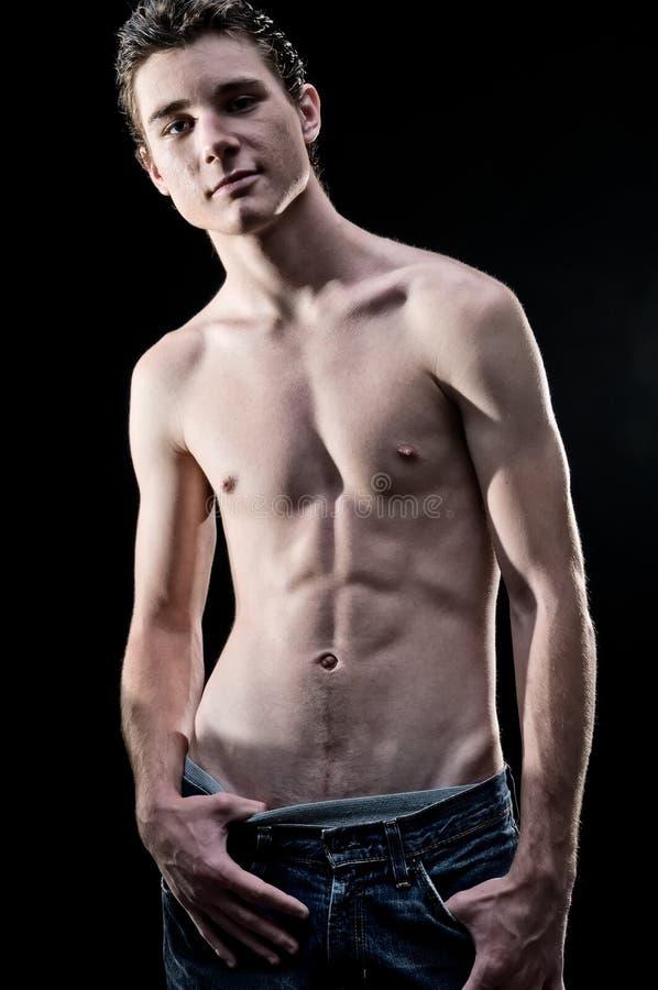 Junger Mann mit nacktem Oberkörper stockfotografie