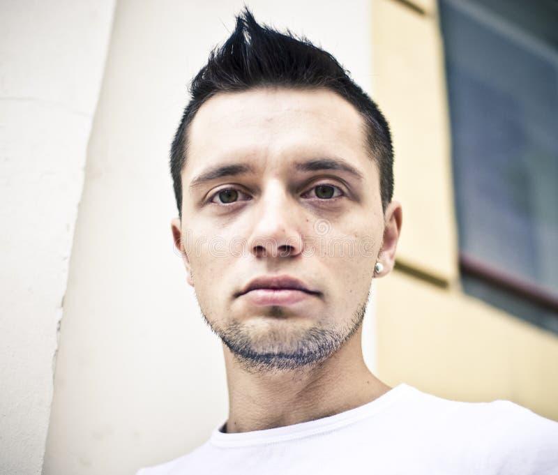Junger Mann mit Ohrring stockfoto. Bild von gesicht