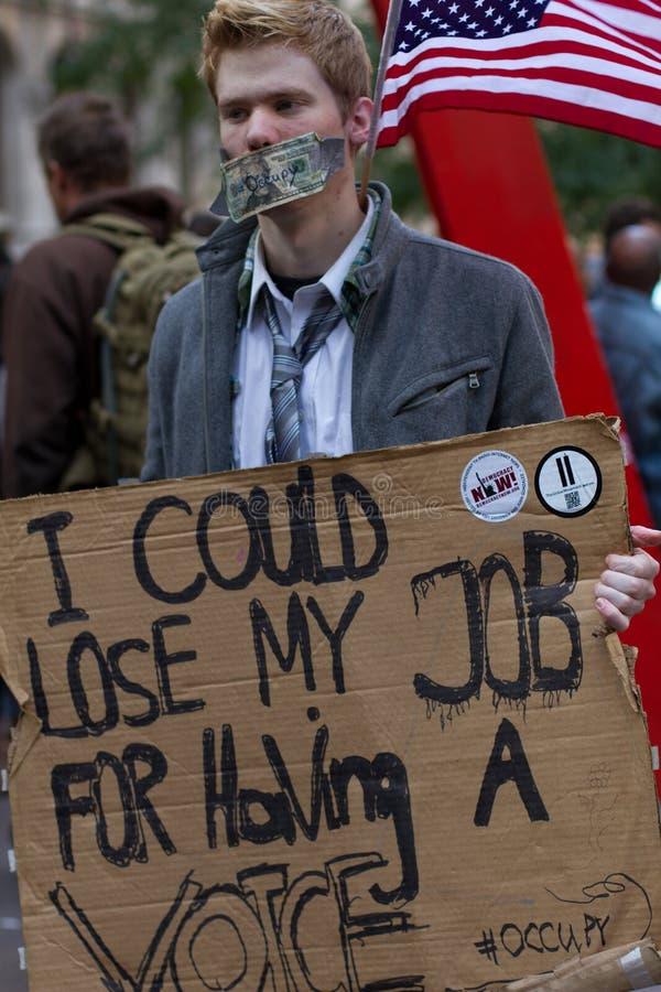 Junger Mann mit Protestzeichen bei Occupy Wall Street lizenzfreies stockbild